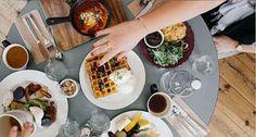 Mesa con mucha comida