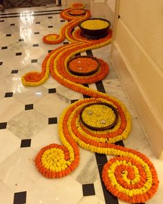 Floor flower arrangement Simple Rangoli Designs Images, Rangoli Designs Flower, Rangoli Designs Diwali, Beautiful Rangoli Designs, Flower Rangoli, Diwali Rangoli, Rangoli Ideas, Indian Rangoli, Indian Wedding Decorations