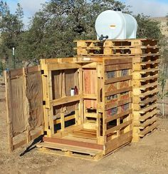 Keeping Up With the Clampetts--outdoor shower using wooden pallets #soclever