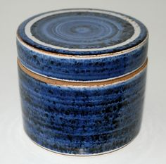 Ulla Hjorth. Big lidded box in stoneware, Hjorth Keramik Denmark. H: 11,5. W: 13,3 cm.