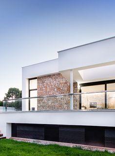 Bajo su contraste de blanco y piedra, esta vivienda ecoeficiente situada en L'Eliana es la perfecta prueba de compatibilidad entre diseño y sostenibilidad.