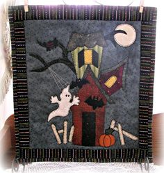Halloween Quilt Patterns, Halloween Quilts, Halloween Projects, Hanging Quilts, Quilted Wall Hangings, Halloween Table Runners, Wool Applique Patterns, Fall Quilts, Miniature Quilts