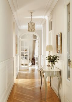 Warm classics beautiful apartment in Madrid interior design Home decor Idea inspiration cozy room style light color hallway french chevron floor Interior Design Minimalist, Home Interior Design, Living Room Interior, Interior Design Hallways, French Living Rooms, Beautiful Interior Design, Interior Plants, Minimalist Decor, Bathroom Interior