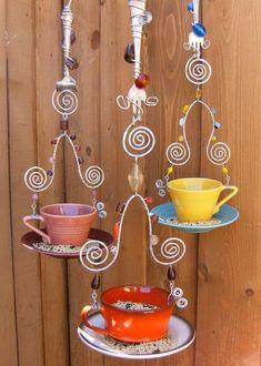 mangeoire d'oiseaux  en fourchettes et tasses à café colorées