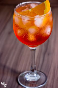 Receitas de Gin Tônica - Aperol Fruit Drinks, Bar Drinks, Cocktail Drinks, Cold Drinks, Beverages, Aperol Drinks, Alcoholic Drinks, Classic Cocktails, Gin And Tonic