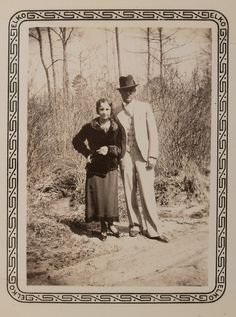 Buy online, view images and see past prices for Clyde Barrow & Bonnie Parker (Bonnie & Clyde). Barrow family photo albums and scrapbooks. Invaluable is the world's largest marketplace for art, antiques, and collectibles. Bonnie And Clyde Death, Bonnie Clyde, Family Photo Album, Family Photos, Bonnie And Clyde Pictures, Rare Photos, Vintage Photos, 1920s Gangsters, Bonnie Parker