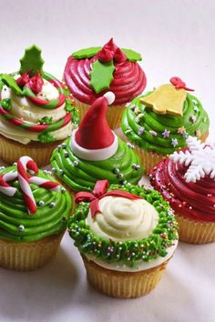 Ideas for Christmas Cupcakes! Just bake your favourite recipe and top with any of these cute Christmas Ideas. Great inspiration for Christmas Cupcakes, great ideas! Cupcakes Fondant, Yummy Cupcakes, Cupcake Cakes, Cupcake Frosting, Buttercream Fondant, Christmas Cupcakes Decoration, Holiday Cupcakes, Holiday Desserts, Christmas Sweets