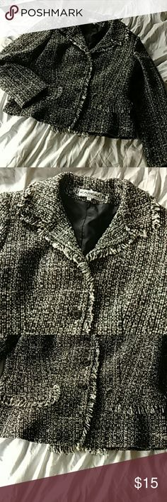 Kareal blazer size 12 Beautiful black white and gray Tweed Blazer made in France. Very well-made fully lined. In good condition. Wait for business. 37% Laine 37% poly acrylic 16% polyester 6% cotton 4% polyamide kareal Jackets & Coats Blazers