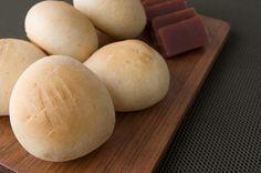 Pan de bono con bocadillo Hamburger, Wordpress, Bread, Food, Breads, Baking, Hamburgers, Meals, Yemek