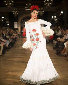"""""""Un vestido canastero muy favorecedor de @camacho_rios_cr #blanco #rojo #clavel #ModaFlamenca #tendencias #Trendy"""""""