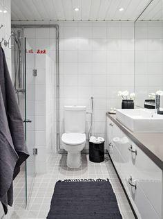 Kylpyhuoneen kalusteet teetettiin Paattimaakareilla, lavuaari ja wc-istuin Duravitin. Pyyhkeet ovat Balmuirin ja musta paperikori wc-paperille on House Doctorin. Matto on tanskalaisen Rug Solidin.