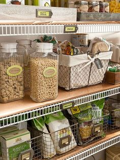 Get that fixer upper look in every room of your home -pantry and closets included! Repurpose those thrifting finds into easy storage containers to get yourself organized without ugly containers! These ideas utilize the vintage vibe for an organized stor Pantry Closet, Walk In Pantry, Kitchen Pantry, Kitchen Storage, Diy Kitchen, Bedroom Minimalist, Minimalist Decor, Minimalist Kitchen, Minimalist Interior
