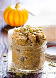 Pumpkin Pie Chia Pudding -- Healthy, easy and nutritious breakfast or snack on the go. Tastes like an indulgent pumpkin dessert. #cleaneating