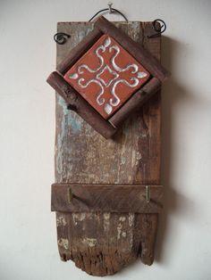 Em madeira de demolição com peça de cerâmica e moldura de eucalipto. Peça única contendo dois ganchos para pendurar chaves.