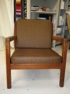 Hiort af Örnas tuoli, uusi nahkapudonta selässä, uudet istuin-selkäpehmuste ja uusi verhoilu. Tuoli myynnissä