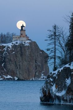 Beautiful Moon, Beautiful Places, Split Rock Lighthouse, Espanto, Shoot The Moon, Light In, Winter Scenes, Amazing Nature, Night Skies