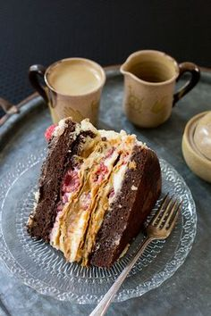 This Raspberry Dulce de Leche Chocolate Cake is also known as torta Amor, Torta Mixta or torta Sofía. Brownies, Chilean Recipes, Chilean Food, Café Chocolate, Cake Recipes, Dessert Recipes, Cupcakes, Yummy Cakes, Amazing Cakes