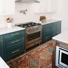 Não sei se em casa não cozinhamos o suficiente ou se todos são extremamente cuidadosos, mas o fato é que o chão da minha cozinha não é caótico, acho inclusive que encararia um tapete lá rssss Mas, por garantia, não um tapete muito caro  Foto: @lonnymag
