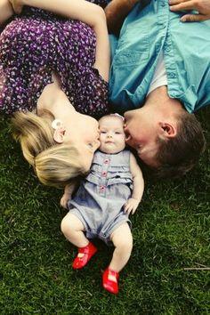 duygusal aile fotoğrafı http://www.tasarimharikasi.net/yaratici-ve-komik-aile-fotograflari.html