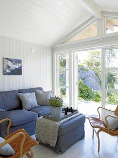 MINISTUE: Denne stuen er en del av et anneks på 20 kvadratmeter ved en sjøhytte. Beach Cottage Decor, Shabby Chic Cottage, Shabby Chic Homes, Cottage Style, Home Interior Design, Interior Decorating, Swedish Decor, Cottage Interiors, Home Collections