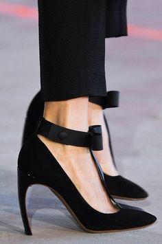 Bow front heels - Roksanda Ilincic S/S 2014 #shoes #pumps