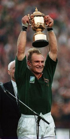 Jacobus Francois Pienaar: (born 2 January is a South African former rugby union player. He played flanker for South Africa (the Springboks) from 1993 until winning 29 international caps, all of them as captain. Best Rugby Player, Rugby Players, Rugby Teams, Rugby Jerseys, International Rugby, Rugby Men, Rugby World Cup, Rugby League, Sports Stars