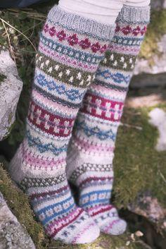 These beautiful socks are an ideal way to use your stash of scrap yarn! Knitted from Novita 7 Veljestä and Novita 7 Veljestä Pohjola. Fair Isle Knitting, Arm Knitting, Knitting Socks, Knit Socks, Christmas Knitting Patterns, Knitting Patterns Free, Crochet Slippers, Knit Crochet, Knitting Supplies