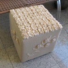 Puff de crochê, com estrutura de garrafas pet.... lindo  ( by Roseli Pignataro,Brasil)