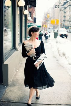 This would be a seriously cute outfit if the sleeves were actually on the shoulders and the neckline were a bit higher! Very 50s-French-reminiscent.