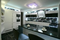Biela lakovaná kuchyňa s čiernou kamennou doskou