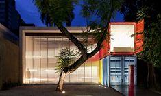 .: Containers empilhados criam clima artsy no showroom da Decameron em São Paulo.   .: #Containers #artsy #showroom #Decameron #SãoPaulo #MarcioKogan #arquitetura #DOM15 #colunaDOM #colunasocial #Resenhando #PortalResenhando #HelderMoraesMiranda #cultura #arte #entretenimento