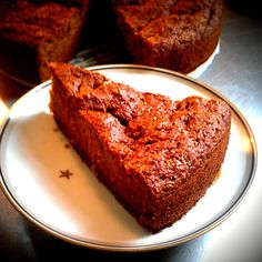 <p>200g fuldkorns hvedemel 100g Sukrin 75g grahamsmel 1/2 tsk revet muskatnød 2 tsk. natron 2 tsk. kanel 3 æg 14g Becel vegetabilsk olie 300g æblemos fra Urtekram 15g Perfect Sød fra isis 490g fintrevet gulerod 2g Becel pro-activ, til at smøre formen. Alle tørre ingredienser blandes i en skål. Æg, …</p>