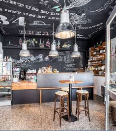 Das Café Freund in Düsseldorf mit superschönen Kreidewänden, Tafellack // Cafe Freund in Duesseldorf, Germany.  Look at these walls and ceiling with chalkboard paint.