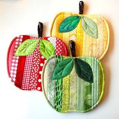 Fabric Crafts Timothy: Red, yellow and green apples – Sewing Projects Sewing Patterns Free, Free Sewing, Quilt Patterns, Mug Rug Patterns, Apron Patterns, Dress Patterns, Free Pattern, Hot Pads, Sewing Hacks