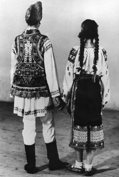Portraits and old photos Folk Costume, Costumes, Romania, Old Photos, Dutch, Lace Skirt, Kimono Top, Portrait, Country