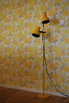 41 Amazing Retro Wallpaper Decor Ideas - Modern Home Design Spotted Wallpaper, Retro Wallpaper, Wall Wallpaper, Flowery Wallpaper, 70s Decor, Retro Home Decor, Motif Vintage, Vintage Yellow, Wall Paper Decor