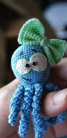 PDF Осьминожка крючком. FREE crochet pattern; Аmigurumi doll patterns. Амигуруми схемы и описания на русском. Вязаные игрушки и поделки своими руками #amimore - осьминог, маленькая осьминожка, осминог, octopus, krake, ośmiornica, polvo, poulpe, chobotnice, bläckfisk, kraken, кракен. Amigurumi doll pattern free; amigurumi patterns; amigurumi crochet; amigurumi crochet patterns; amigurumi patterns free; amigurumi today. Amigurumi Doll Pattern, Crochet Patterns, Calamari, Bebe, Crochet Chart, Crochet Tutorials, Knit Patterns, Crochet Stitches Chart, Crochet Diagram