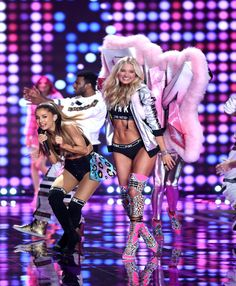 Ariana Grande Hit by Victorias Secret Models Wings During Fashion Show | Cambio