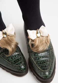 How to turn a wilted thrift store toupee into a fashion week-worthy fabulous accessory? These shoe clips will dress up any loafers. (hint: not all attention is good attention) Bad Fashion, Fashion Fail, Techniques Couture, Fall Handbags, Only Shoes, Shoe Clips, Crazy Shoes, Fashion Lookbook, Rock