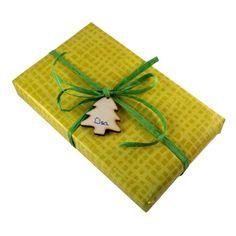 5 Anhänger aus Holz: Weihnachtsbaum // Lassen Sie zum Weihnachtsfest dieses kleine Bäumchen sprechen. Mit diesem Anhänger aus Holz verzieren und beschriften Sie Ihre Geschenke auf ganz besondere Weise. Fertigen Sie Weihnachtspäsente der besonderen Art. Verzieren Sie einen guten Wein, liebevolle Karten oder die Geschenke für die Familie.