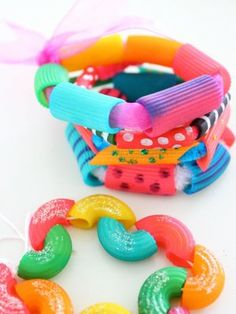 Joyas de pasta | Blog de BabyCenter School Age Activities, Spring Activities, Craft Activities, Preschool Crafts, Games For Kids, Diy For Kids, Crafts For Kids, Pasta Crafts, Diy And Crafts