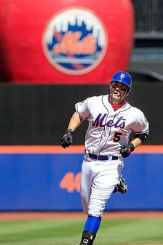 I swear he's going to bite his tongue off one day...Run Big Dave, Run!!!  Let's Go Mets!!!