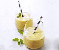 Mango- och apelsinsmoothie med lätt kvarg och chiafrön eller linfrön är en matig smoothie, perfekt att äta innan eller efter träning. Med färskpressad apelsinjuice mixar du snabbt ihop ett gott mellanmål. Garnera med mynta för extra sting.