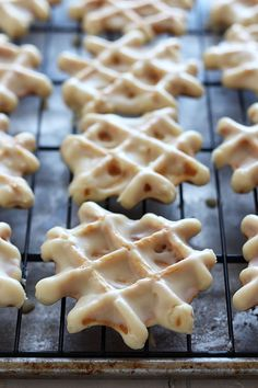 How to Make Belgian Liege Waffles - the BEST waffles ever! Includes a step-by-step video and tons of recipe tips so your waffles turn out perfect. Waffle Maker Recipes, Waffle Toppings, Donut Recipes, Waffle Donut Recipe, Waffle Cookies, Köstliche Desserts, Delicious Desserts, Dessert Recipes, Yummy Food