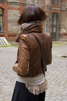 Brown leather jacket, mixed with neutral tops, finished with black skirt! Street Chic, Street Style, Fashion Mode, Womens Fashion, Grunge, Sartorialist, Rock, Dress Me Up, Her Style