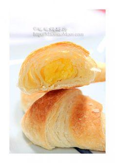 【可颂牛角面包】  +by+毛毛妈  二月份在波兰出差时吃了一款带馅的可颂牛角面包,觉得挺好吃。儿子对奶黄馅情有独钟,  就为他做了这个奶