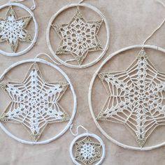 """23 Me gusta, 0 comentarios - Creastudio Juf Wolle (@creastudiojufwolle) en Instagram: """"Ik ben bezig met een Kerst project. Een aantal mandela's op een rij. #hakenisontspannend #haken…"""" Instagram, Mandalas, Craft Work"""