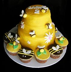 Beehive Cake & Bee cupcakes | Flickr - Photo Sharing!