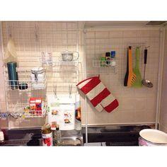 一人で作ったキッチン収納。なかなかいい出来栄えだと思う。 #mykitchen #kitchen #DIY #daiso #台所 #100均 #ダイソー #ワイヤーネット #つっぱり棒 #やればできる #一人暮らし #キッチン #myhome