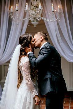 first kiss at this beautiful estate wedding | Image by Karina & Maks photography